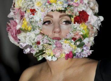 Леди Гага пришла на модный лондонский показ в шлеме