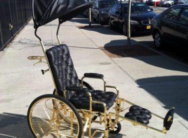 Lady GaGa хвастается своим золотым инвалидным креслом