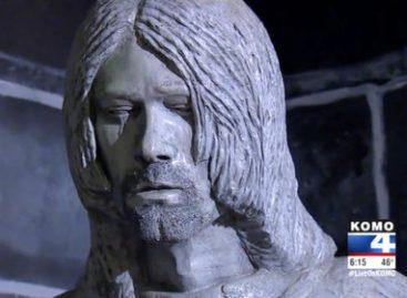 Курту Кобейну установили плачущий  памятник